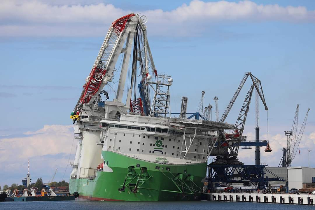 Crane Collapse Orion i in dock.jpeg